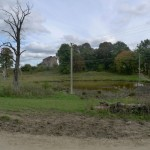 Bybło. Widok ogólny na resztki założenia dworsko-ogrodowego oraz dawny staw.