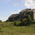 Bybło. Ruiny dworu wraz z późniejszą, niższą dobudówką.