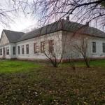 Chlipie. Budynek dworu. Użytkowany w okresie powojennym jako szkoła i punkt felczerski. Obecnie opuszczony. Widok od frontu.