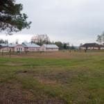 Arłamowska Wola. Budynek dworu rozbudowany i przekształcony na szkołę. Widok od strony ogrodu, w którego miejscu znajduje się obecnie boisko szkolne.