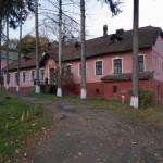 Krukienice. Jedna z zachowanych oficyn dworskich. W czasie II wojny światowej mieściło się w niej więzienie i katownia NKWD.