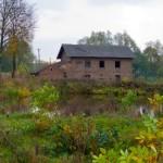 Arłamowska Wola. Dawny młyn dworski oraz staw usytuowane przy głównej drodze we wsi.