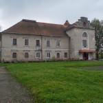 Rudniki. Zachowane skrzydło pałacu, użytkowane jako szkoła.