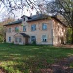 Trzcieniec. Dwór, przebudowany i użytkowany jako wielorodzinny budynek mieszkalny.