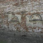 Wojutycze (ukr. Воютичі). Zachowana ściana dworskiego spichlerza na terenie dawnego folwarku.