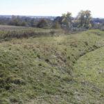 Rzyczki (ukr. Річки). Fragment ocalałych fortyfikacji ziemnych z widocznym narysem bastionu.