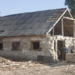 Wróblaczyn (ukr.Вороблячин). Jeden z zachowanych budynków inwentarskich użytkowany obecnie jako tartak.