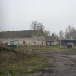 Karów (ukr.Карів). Dwa budynki gospodarcze pochodzące z dawnego założenia dworskiego.