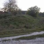 Zamek (ukr.Замок). Pozostałości ziemnych umocnień oraz opuszczone budynki pokołchozowe zlokalizowane na dawnym dziedzińcu zamkowym.