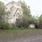 Boratyn (ukr. Борятин). Ruiny rzymskokatolickiej kaplicy stojącej nad stawem podworskim.