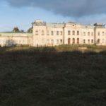 Krystynopol (ukr. Червоноград). Elewacja tylna pałacu Potockich. Na terenie dawnych parterów, boisko.
