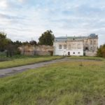 Krystynopol (ukr. Червоноград). Elewacja boczna pałacu Potockich, z widocznym murem okalającym niegdyś całe założenie.