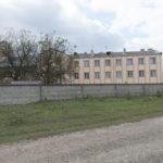 Leszczków (ukr. Лешків). Budynek dawnej fabryki sukna Romana Żurowskiego (po prawej), po przebudowie i rozbudowie na dom starców.