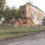 Ostrów (ukr. Острів). Ruiny rzymskokatolickiego kościoła parafialnego. Naprzeciw kościoła znajdował się dwór, a obecnie zwarta zabudowa wsi.
