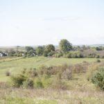 Piwowszczyzna (ukr. Себечів). Widok na teren po niezachowanym założeniu oraz współczesną zabudowę wsi.
