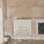 Steniatyn (ukr. Стенятин). Kaplica grobowa Żukiewiczów, fragment wnętrza z widocznymi epitafiami rodziny Żukiewiczów