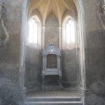 Szmitków (ukr. Гута). Wnętrze kaplicy grobowej Plater-Zyberków. Widok w kierunku ołtarza.