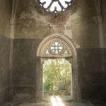 Szmitków (ukr. Гута). Wnętrze kaplicy grobowej Plater-Zyberków. Widok w kierunku wejścia.