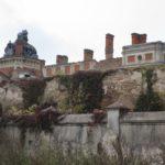 Tartaków (ukr. Тартаків). Ruiny pałacu po pożarze z r. 1995. Widok od strony drogi z widocznym zachowanym murem otaczającym założenie.