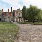 Tartaków (ukr. Тартаків). Ruiny pałacu w Tartakowie, widok od strony odkrytego podjazdu z gazonem.