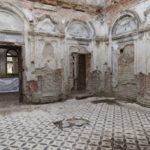 Tartaków (ukr. Тартаків). Fragment jednego z pałacowych pomieszczeń po uprzątnięciu w 2019 roku po zniszczeniach w pożarze z r. 1995.