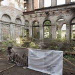 Tartaków (ukr. Тартаків). Fragment widoku salonu pałacu po pracach porządkowych przeprowadzonych w 2019 roku po zniszczeniach w pożarze z r. 1995.