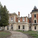 Tartaków (ukr. Тартаків). Ruiny pałacu, widok od strony odkrytego podjazdu z centralnym gazonem.