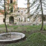 Tartaków (ukr. Тартаків). Ruiny pałacu, widok elewacji bocznej z widoczną na pierwszym planie fontanną ogrodową.
