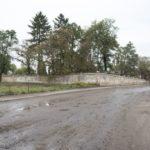 Tartaków (ukr. Тартаків). Fragment muru otaczającego założenie dworsko-ogrodowe