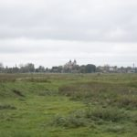 Waręż (ukr. Варяж). Widok na miasto z dominującą sylwetą zrujnowanego kościoła parafialnego.