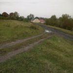 Zwertów (ukr. Звертів). Fragment dróg dojazdowych do zabudowań gospodarczych. W oddali młyn dworski.